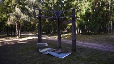 Ieškomi asmenys, sugadinę stendus Dengtilčio stovyklavietėje